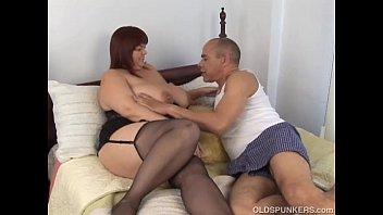 Пацанчик развлекается анилингусом от партнерши и долбит её в очко на стиральной автомобилю