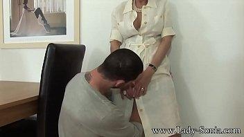 Телочка разминает пизду страпоном перед встречей с мужчиной
