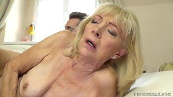 Несдержанный парень бурно кончил в мокрую вагину обаятельной брюнетки