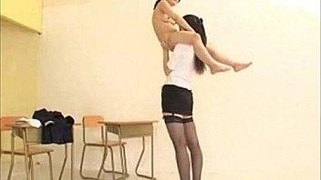 Полуголая малышка интенсивно пердолит собственное очко секс игрушкой