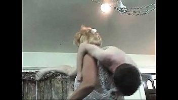 Обворожительная девчушка в блудливом одежду отсасывает хуи парней и ебется с ними в попу