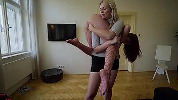 Семейная оргия на кровати в возможных позициях с послушной женой
