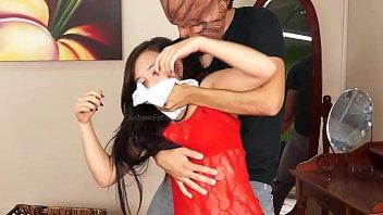 Пацанчик попросил брюнеточку раздеться и трахнул ее в тощую жопу