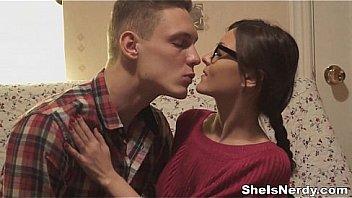 Офигенная молодая пара симпатично ебется