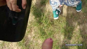 Брюнеточка с крупный аналом прогуливается по пляжу обнажённой