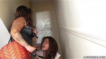 Азиатка с торчащими сосками трахнулась с двумя друзьями на кроватки