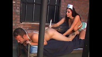 Молодая блондиночка с загорелым телом сосет мошонку и впускает длинный пенис в анал