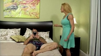 Бойфренд пердолит молодую падчерицу за спиной её трудоголика отчима