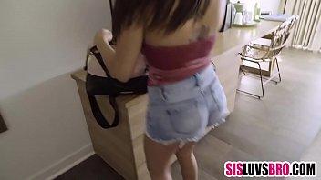 Актриса секс пародии ласкает страпоном у саму себя в комнатушке