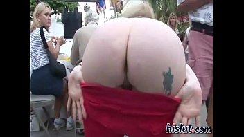 Раскрепощённая блондиночка отдалась лысому кавалеру на улице