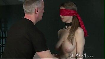 Очаровательная мужчины онанирует елдак мужа дойками и балуется с ним сосками