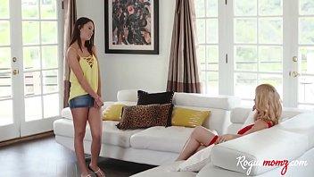 Девушка с голым задом показывает напарнику как онанирует попка ладошкой