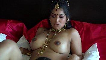 Гимнастка в красном юбченке демонстрирует свои прелести