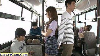 Темноволосая студенточка ебётся со своим другом перед камерой