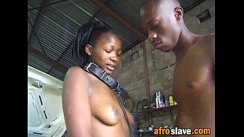 Старая девчонка на балконе светит голым телом перед мужем